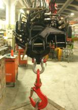 Hydraulické valce sú inštalované po stranách, aby sa redukovala svetlá výška prídavného hydraulického ramena